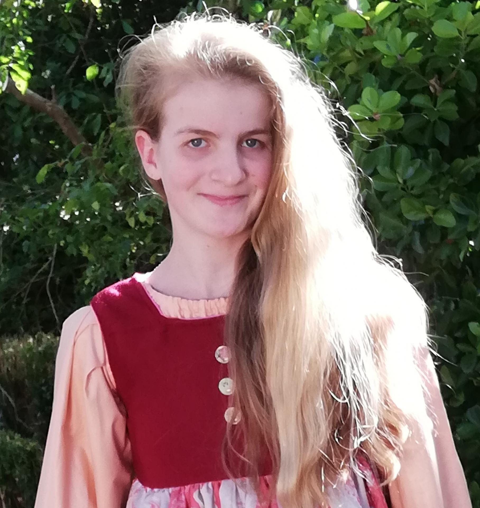 Robe de princesse reversible 10 14 ans framboise fifi au jardin pose 7
