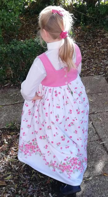 Robe de princesse reversible 7 8 ans fraise fifi au jardin pose 2
