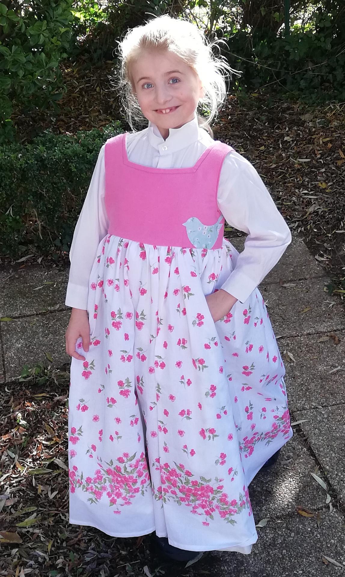 Robe de princesse reversible 7 8 ans fraise fifi au jardin pose 3