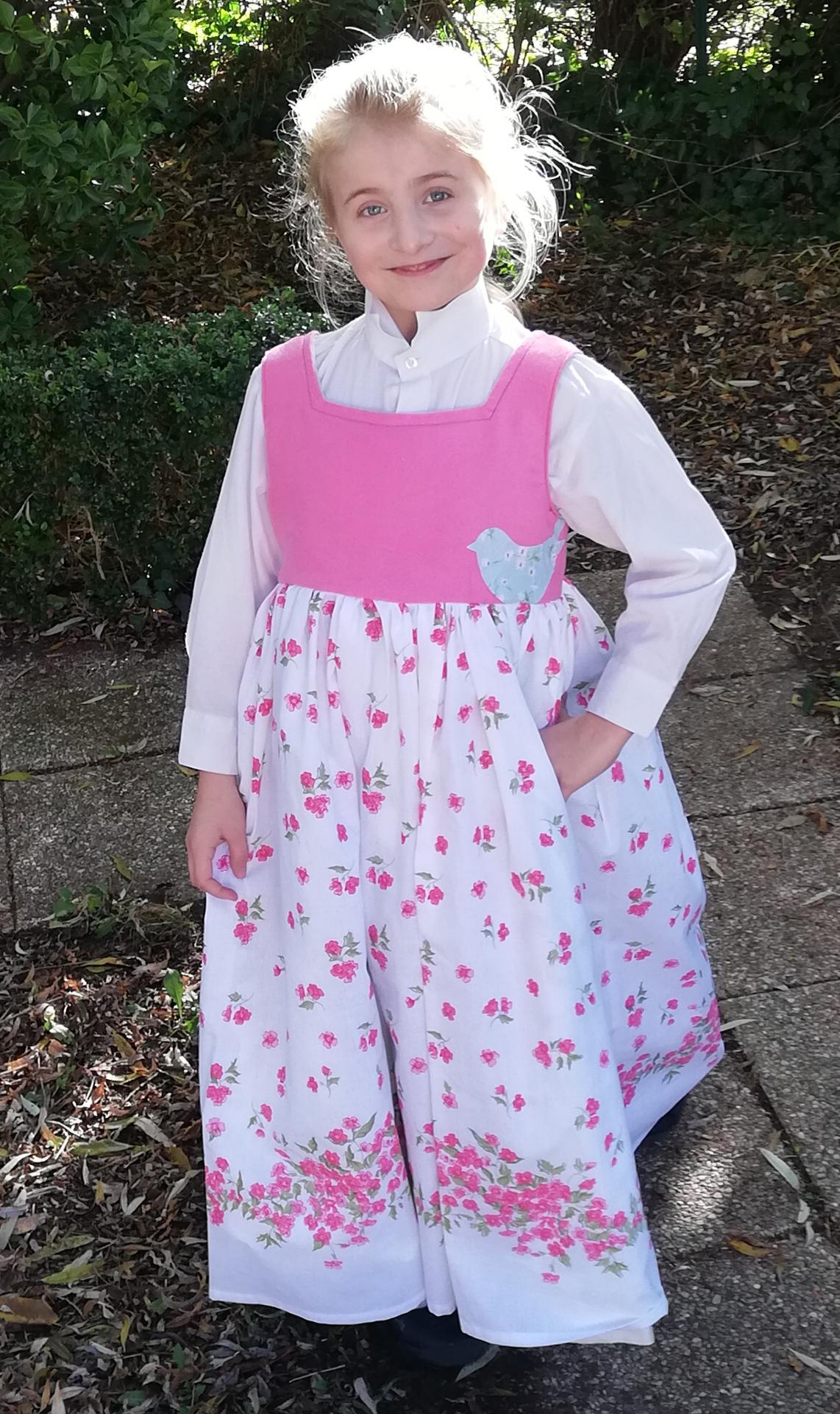 Robe de princesse reversible 7 8 ans fraise fifi au jardin pose 4