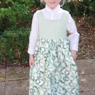 Robe de princesse reversible 7 8 ans fraise fifi au jardin pose 5