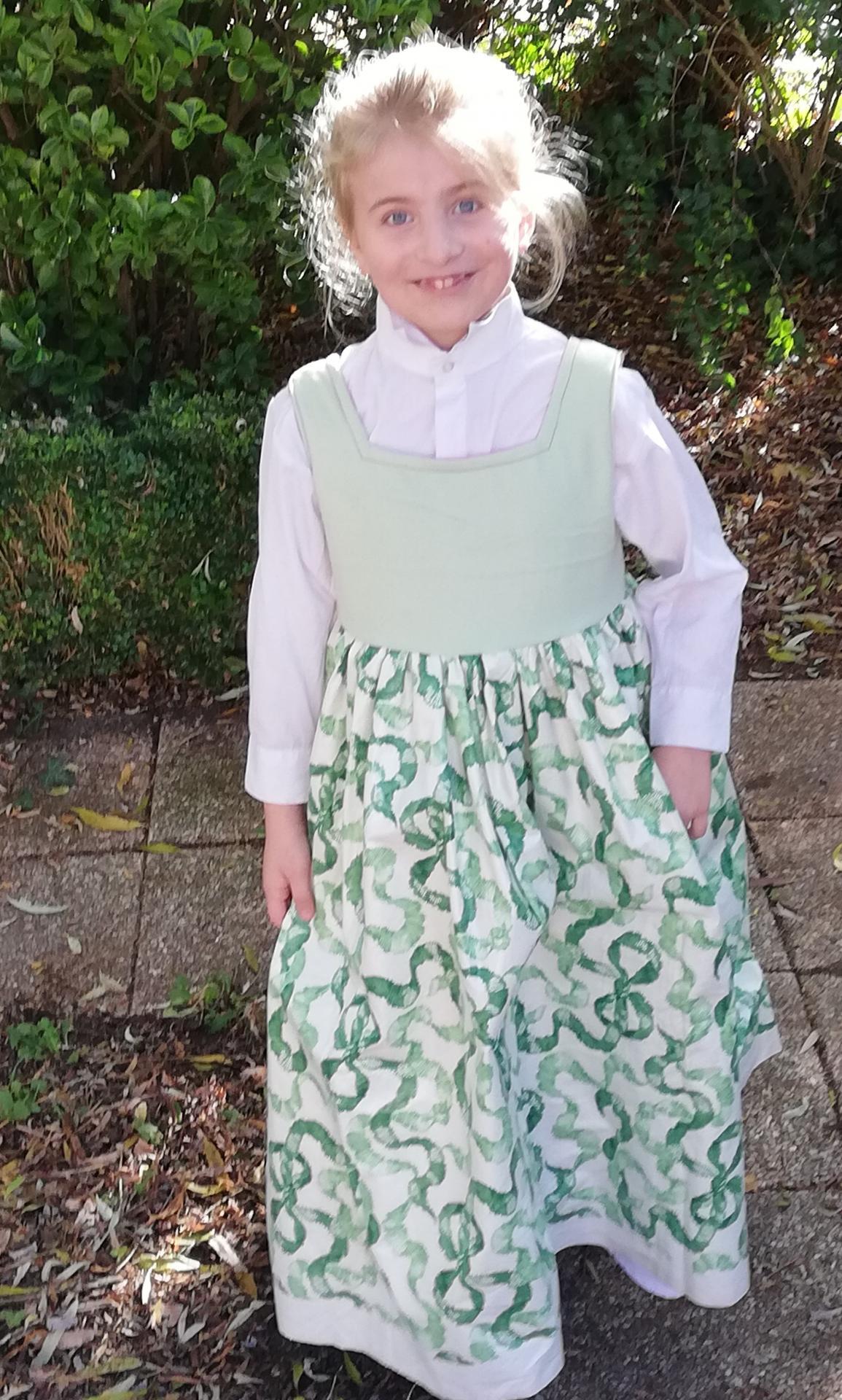 Robe de princesse reversible 7 8 ans fraise fifi au jardin pose 6