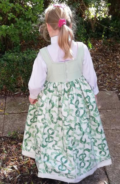 Robe de princesse reversible 7 8 ans fraise fifi au jardin pose 7