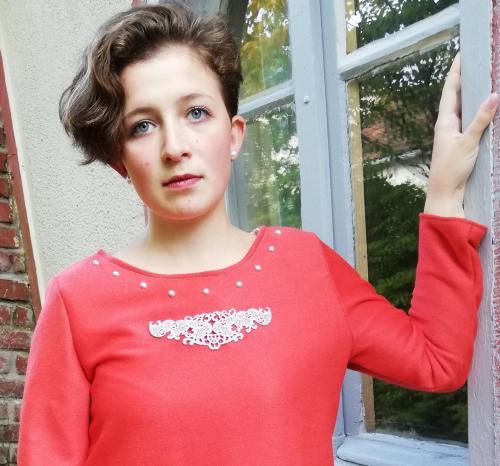Robe trapeze reversible coton roux saumon buste ouvert motif dentelle perles et liberty manches longues pose 2