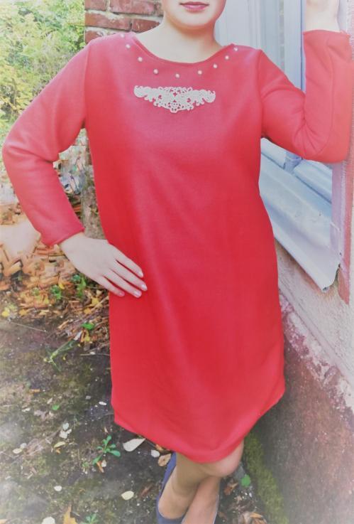 Robe trapeze reversible coton roux saumon buste ouvert motif dentelle perles et liberty manches longues pose 4