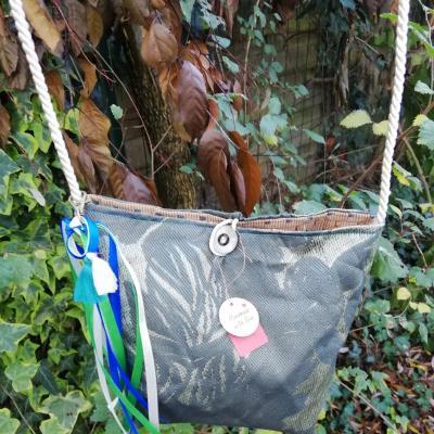 Sac reversible l astucieux beige et feuilles fifi au jardin verso avec ses rubans accessoirises