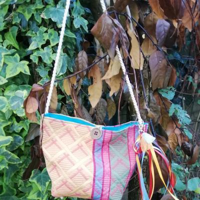 Sac reversible l astucieux bleu ciel et lignes colorees fifi au jardin avec ses rubans accessoirises verso