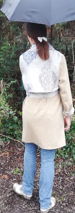Trench reversible beige bleu gris fifi au jardin pose 7