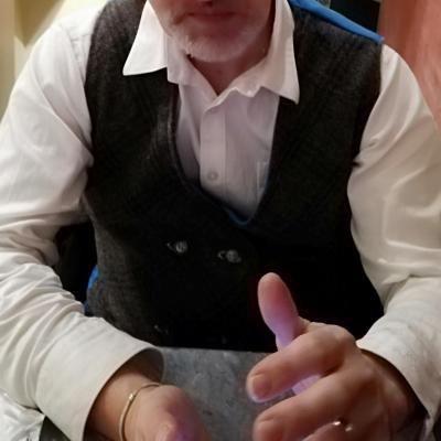 Un bel homme au quotidien gilet hommes reversible fait main boutonnage croise bleu cachemire velours ras tartan fifi au jardin 2