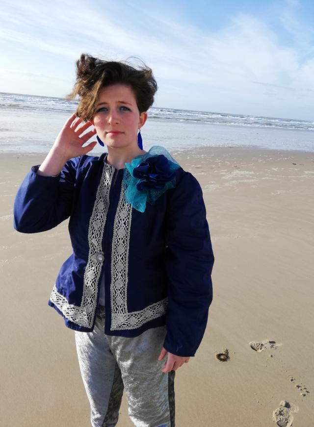 Veste a basques reversible 100 coton dentelle ancienne rapportee tricotee main et ruban satin bleu marine d1