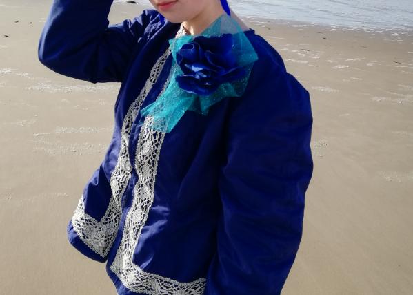 Veste a basques reversible 100 coton dentelle ancienne rapportee tricotee main et ruban satin bleu marine d2