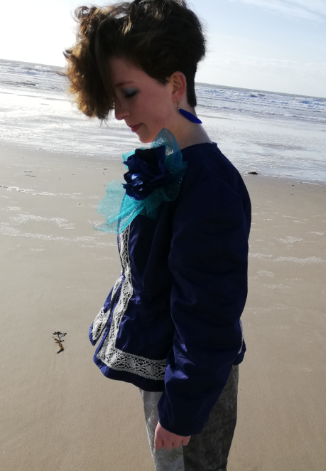 Veste a basques reversible 100 coton dentelle ancienne rapportee tricotee main et ruban satin bleu marine d3