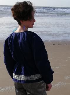 Veste a basques reversible 100 coton dentelle ancienne rapportee tricotee main et ruban satin bleu marine d6