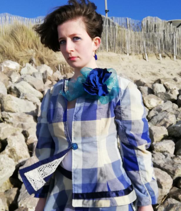 Veste a basques reversible 100 coton dentelle ancienne rapportee tricotee main et ruban satin bleu marine verso1