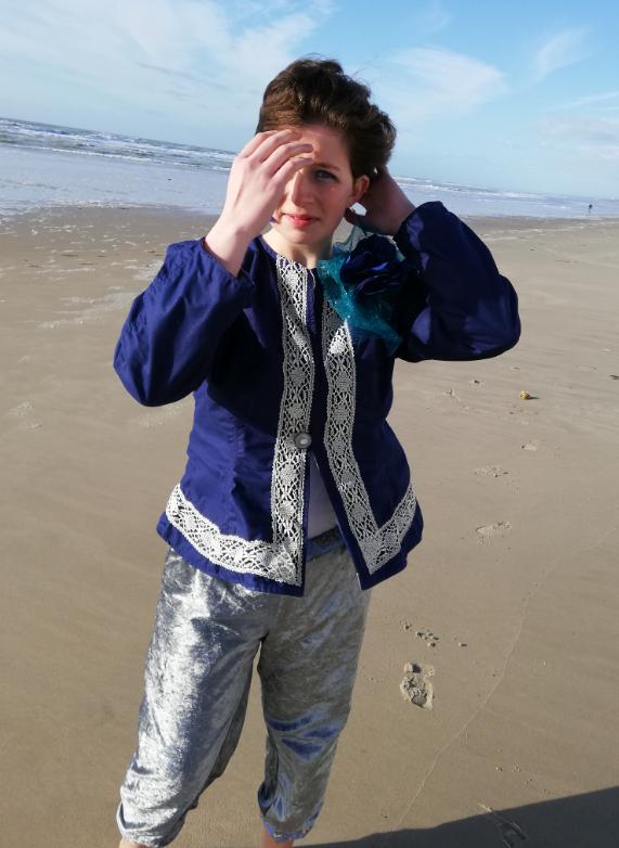 Veste a basques reversible 100 coton dentelle ancienne rapportee tricotee main et ruban satin bleu marine