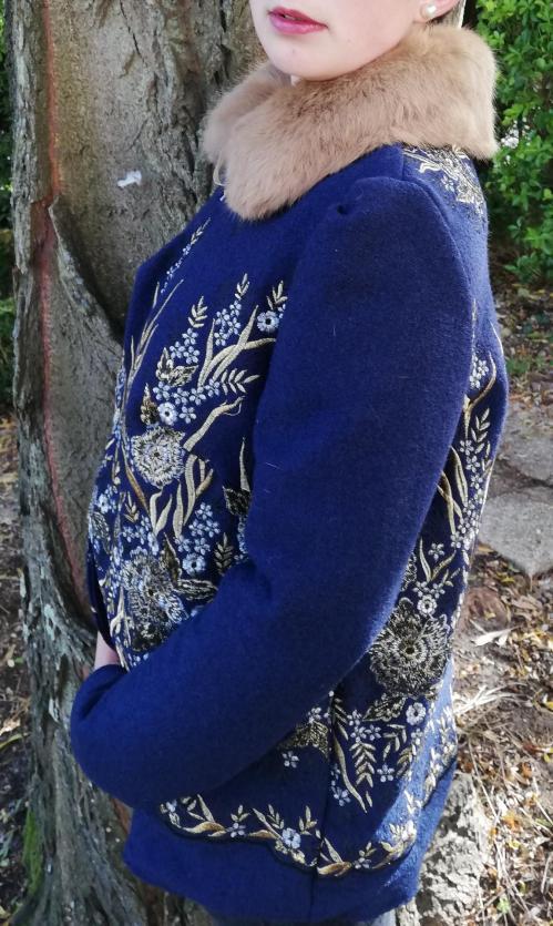 Veste autrichienne reversible laine bouillie brodee touche cachemire orne de dentelles col fourrure lapin pose 3