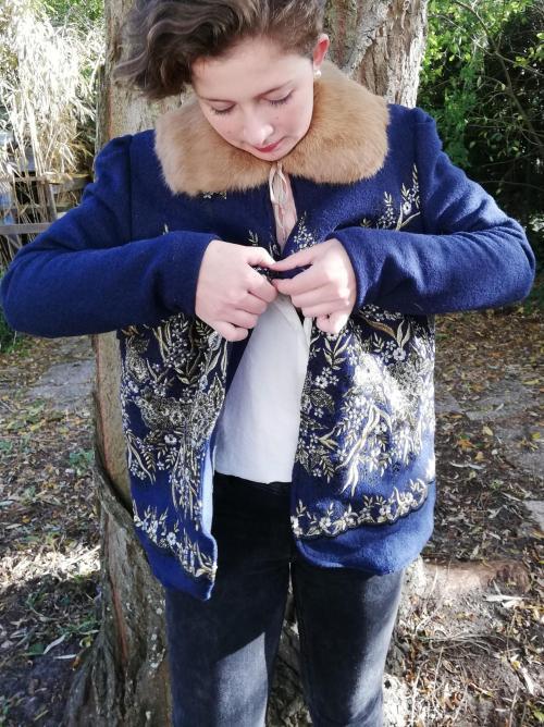 Veste autrichienne reversible laine bouillie brodee touche cachemire orne de dentelles col fourrure lapin pose 4