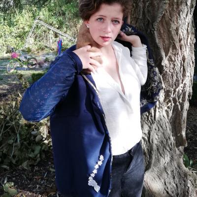 Veste autrichienne reversible laine bouillie brodee touche cachemire orne de dentelles col fourrure lapin pose 7