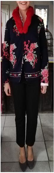 Veste autrichienne reversible pose avec artiste megh pour fifi au jardin
