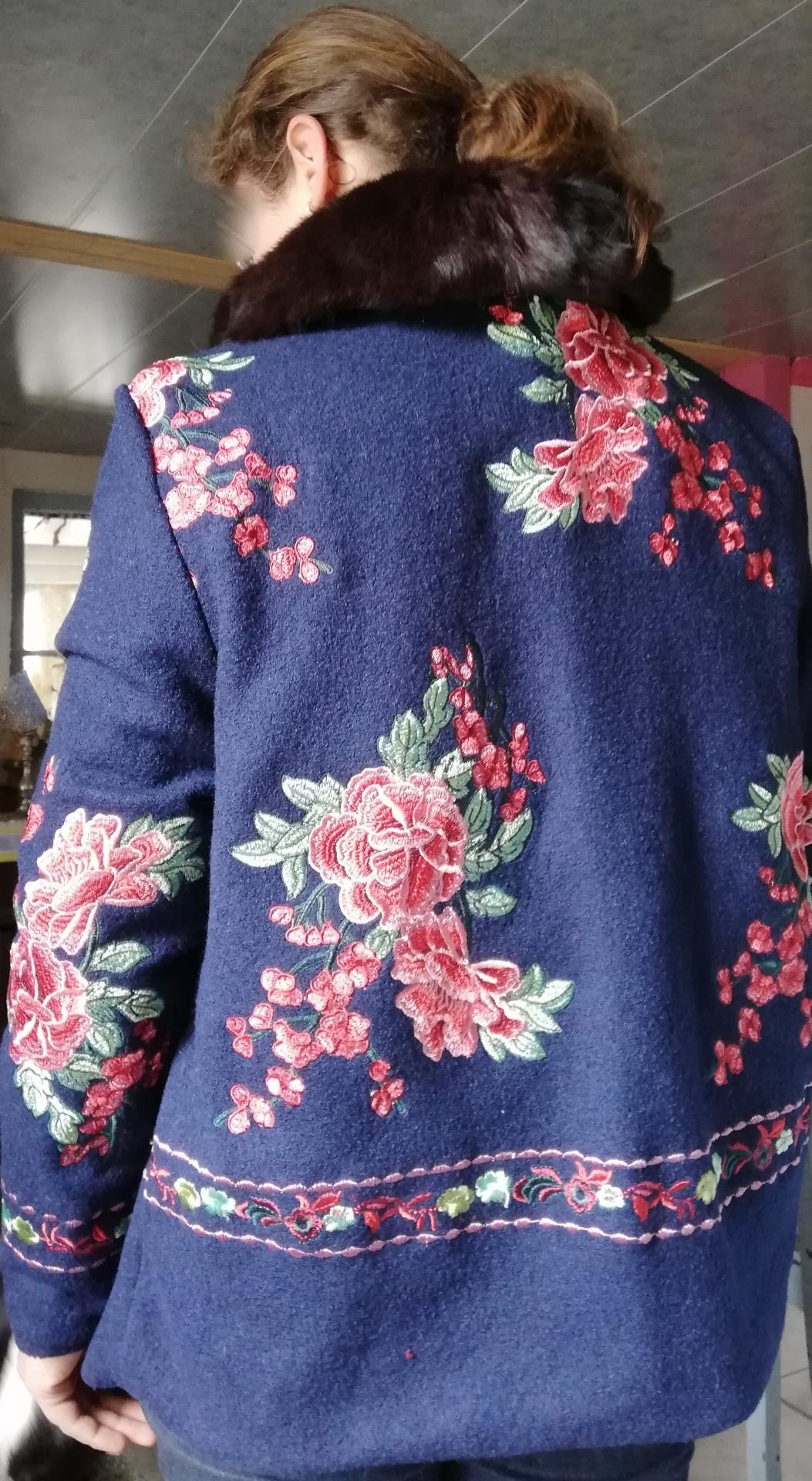 Veste autrichienne reversible pose de dos avec artiste megh pour fifi au jardin