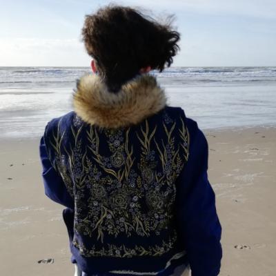 Veste courte reversible fourrure lapin et laine bouillie brodee main bleu marine sans manches coupe epaules le jardin de fifi au jardin printemps ete 2019 i2