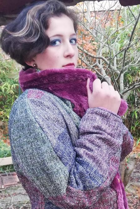 Veste russe reversible coupe elegance bords et col de fourrure violet mauve bleu framboise brandeburgs fifi au jardin pose 2