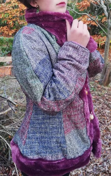 Veste russe reversible coupe elegance bords et col de fourrure violet mauve bleu framboise brandeburgs fifi au jardin pose 4