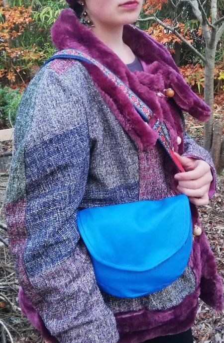 Veste russe reversible coupe elegance bords et col de fourrure violet mauve bleu framboise brandeburgs fifi au jardin pose 5
