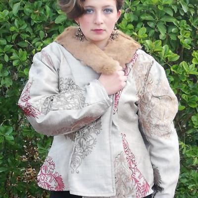 Veste russe reversible coupe elegance col de fourrure fifi au jardin pose 2